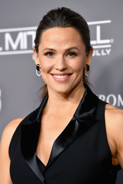 Jennifer Garner went for a simple ponytail at the 2018 Baby2Baby Gala.