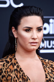 Demi Lovato kept her beauty look low-key with neutral eyeshadow and nude lipstick.