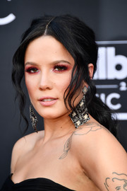 Halsey looked romantic wearing this loose ponytail with wavy tendrils at the 2018 Billboard Music Awards.