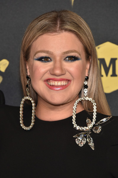 Kelly Clarkson opted for a straight center-parted hairstyle when she attended the 2018 CMT Music Awards.