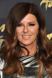 Karen Fairchild wore a thick wavy hairstyle at the 2018 CMT Music Awards.