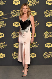 Jennifer Nettles complemented her dress with a pair of embellished sandals.