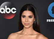 Roselyn Sanchez wore her hair loose in a silken straight style at the 2018 Disney, ABC, and Freeform Upfront.