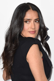 Salma Hayek left her hair loose in a boho wavy style when she attended the 2018 Film Independent Spirit Awards.