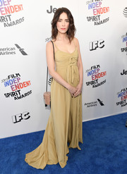 Abigail Spencer kept it breezy in a beige spaghetti-strap gown with knot accents at the 2018 Film Independent Spirit Awards.