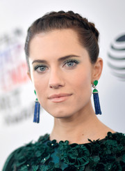 Allison Williams dolled up with a pair of emerald and sapphire tassel earrings by Piaget.