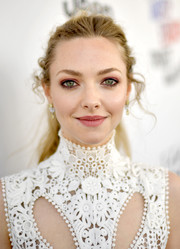 Amanda Seyfried went for a sweet beauty look with a swipe of pink eyeshadow.