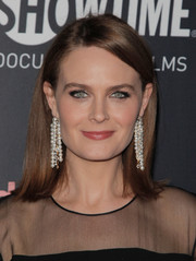 Emily Deschanel jazzed up her look with a pair of pearl chandelier earrings.