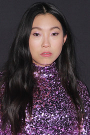 Awkwafina sported a loose wavy hairstyle at the 2018 InStyle Awards.
