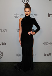 Taylor Hill went ultra modern in a form-fitting one-sleeve velvet gown by Alex Perry at the Warner Bros. and InStyle Golden Globes after-party.