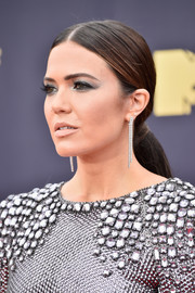 Mandy Moore attended the 2018 MTV Movie & TV Awards wearing her hair in a classic center-parted ponytail.