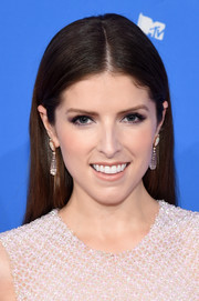 Anna Kendrick kept it super simple with this loose straight 'do at the 2018 MTV VMAs.