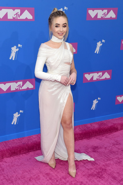 Sabrina Carpenter worked an asymmetrical white gown by Versace at the 2018 MTV VMAs.