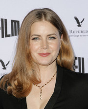 Amy Adams wore her hair in a center-parted style with bouncy ends at the 2018 SFFILM Awards. Very Kate Middleton!