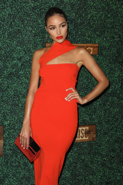 Olivia Culpo paired a gold clutch with a red one-shoulder dress for the 2018 Sports Illustrated Swimsuit show.