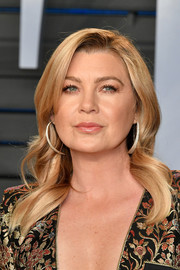 Ellen Pompeo wore her hair loose in a gently wavy style at the 2018 Vanity Fair Oscar party.