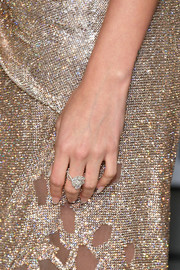 Hailey Baldwin wore a gorgeous diamond ring by Forevermark at the 2018 Vanity Fair Oscar party.