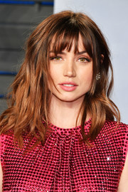 Ana de Armas looked cute with her mussed-up waves and wispy bangs at the 2018 Vanity Fair Oscar party.