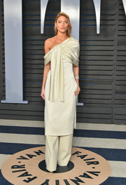 Martha Hunt showed off her unique style with this ivory Marina Moscone off-the-shoulder dress and trousers combo at the 2018 Vanity Fair Oscar party.
