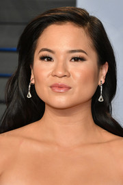Kelly Marie Tran wore her hair loose in a subtly wavy, side-parted style at the 2018 Vanity Fair Oscar party.