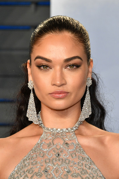 Shanina Shaik sported a half-up 'do that was slick at the top and curly down the ends at the 2018 Vanity Fair Oscar party.