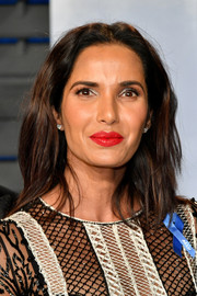 Padma Lakshmi wore her hair in a casual layered style at the 2018 Vanity Fair Oscar party.