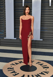 Jenna Dewan-Tatum kept it sleek and sexy in a high-slit, strapless red column dress by Pamella Roland at the 2018 Vanity Fair Oscar party.