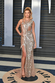 Hailey Baldwin was all about distressed glamour in this draped rose-gold chainmail gown by Atelier Versace at the 2018 Vanity Fair Oscar party.