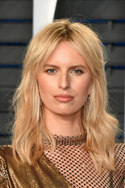 Karolina Kurkova attended the 2018 Vanity Fair Oscar party sporting a messy wavy hairstyle.