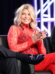 Fergie accessorized with some gold wide-band rings.