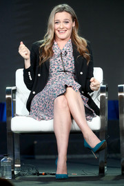 For her shoes, Alicia Silverstone chose a pair of teal suede pumps.