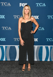 Kaitlin Olson completed her look with simple black sandals.