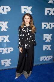 Black wide-leg trousers with a contrast hem completed Keri Russell's outfit.
