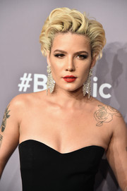 Halsey added major glamour with a pair of oversized diamond chandelier earrings by Lorraine Schwartz.