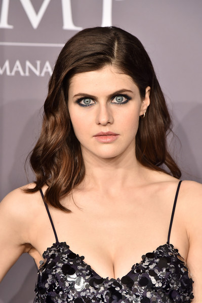 Alexandra Daddario sported heavy liner to play up her gorgeous blue eyes.