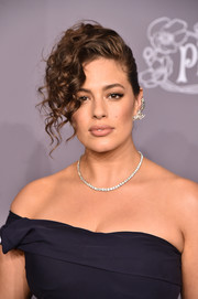 Ashley Graham oozed glamour wearing these side-swept curls at the 2018 amfAR Gala New York.
