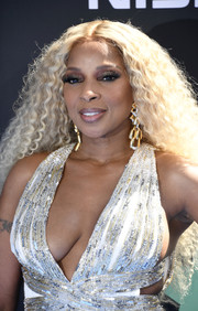 Mary J. Blige attended the 2019 BET Awards rocking long blonde curls.