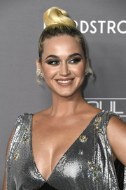 Katy Perry rocked a sculpted top knot at the 2019 Baby2Baby Gala.
