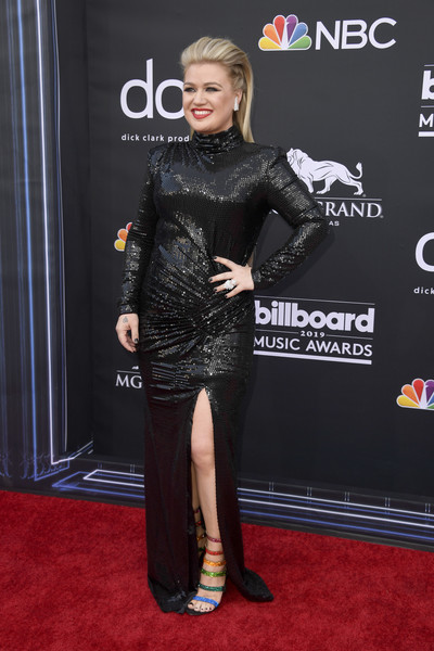 Kelly Clarkson went for a colorful finish with a pair of rainbow sandals by Christian Louboutin.