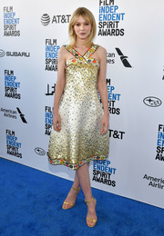 Carey Mulligan perfected her look with a pair of elegant gold sandals.