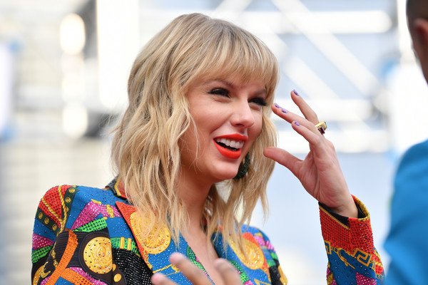 More Pics of Taylor Swift Glitter Nail Polish (3 of 17) - Nails Lookbook - StyleBistro [red carpet,hair,facial expression,street fashion,blond,beauty,fashion,lip,yellow,hairstyle,smile,mtv video music awards,prudential center,newark,new jersey,taylor swift]