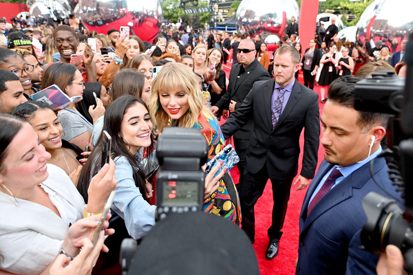 More Pics of Taylor Swift Glitter Nail Polish (5 of 17) - Nails Lookbook - StyleBistro [red carpet,people,crowd,event,product,community,tourism,party,fan,mtv video music awards,prudential center,newark,new jersey,taylor swift]