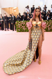 Regina Hall got gilded in a metallic Gucci x Dapper Dan gown with contrast off-the-shoulder sleeves for the 2019 Met Gala.