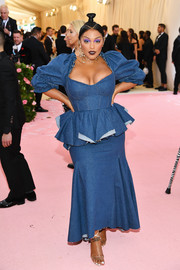 Paloma Elsesser rocked a Brock Collection denim dress with puffed sleeves and a peplum waist at the 2019 Met Gala.