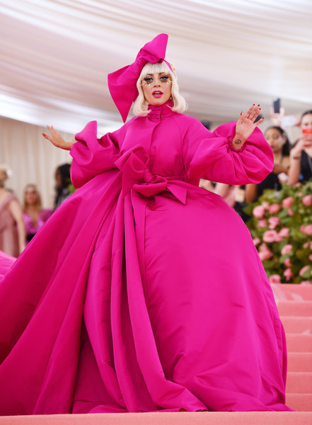 As expected, Lady Gaga made a spectacular entrance at the 2019 Met Gala in a mega-voluminous fuchsia gown by Brandon Maxwell.