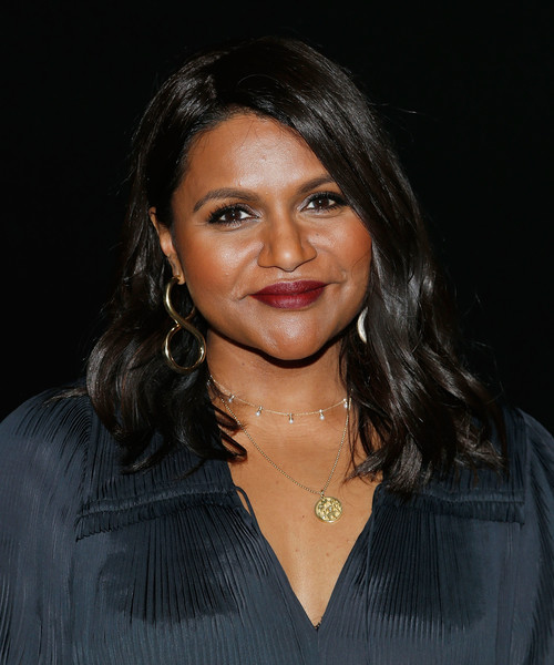 Mindy Kaling finished off her accessories with a delicate pearl choker.