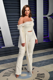 Ashley Graham looked alluring in an ivory off-the-shoulder top by Danielle Frankel at the 2019 Vanity Fair Oscar party.