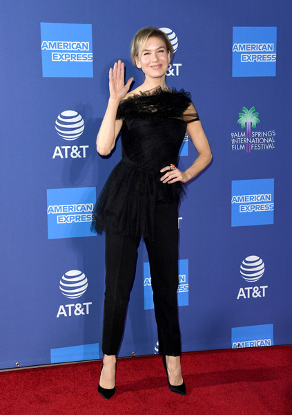 Renee Zellweger completed her outfit with black cigarette pants.