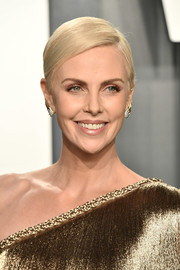 Charlize Theron kept it fuss-free with this short side-parted cut at the 2020 Vanity Fair Oscar party.