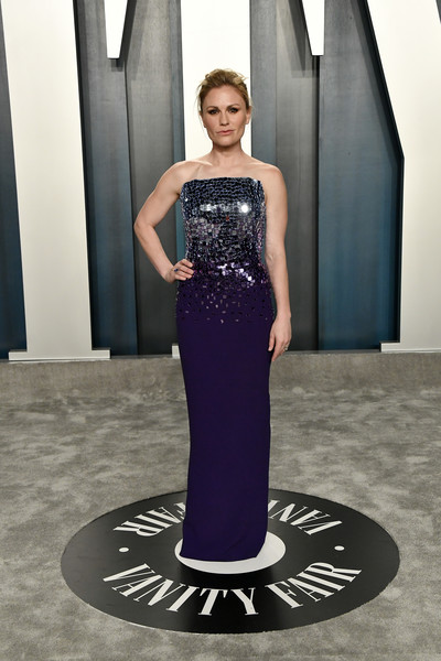 Anna Paquin glitzed up in a strapless, mirror-embellished purple gown by Pamella Roland for the 2020 Vanity Fair Oscar party.